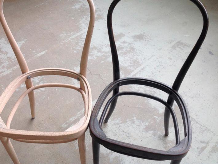 Holzstühle vor und nach dem Strahlen